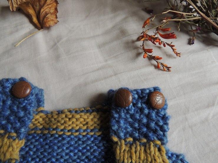details-tricot-gigoteuse-boutons-cuir-bretelles-point-de-riz
