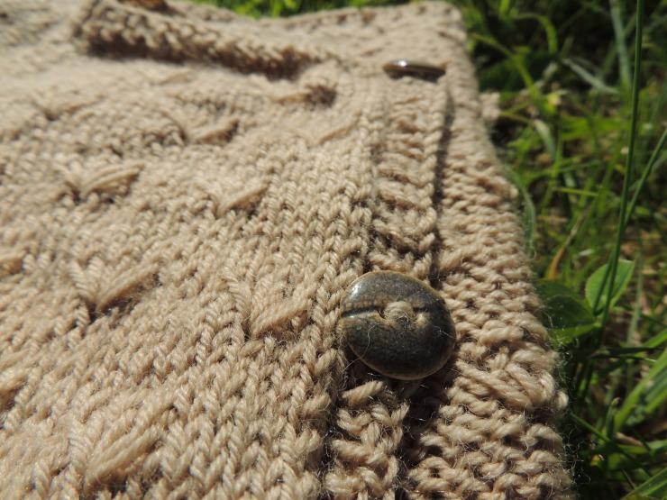 lady mademoiselle dandelion along avec anna gilet cardigan patron francais sionnach yarn laine teinte main irlande teinture vegetale boutons ceramique atelier element-terre