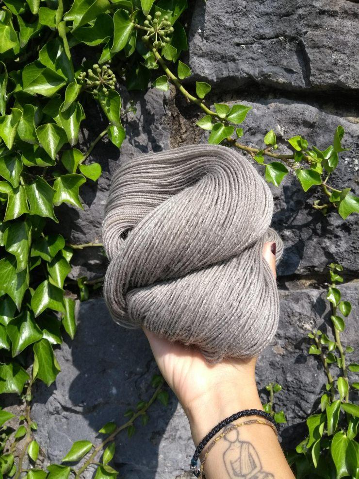 racine oseille crépue rumex fer gris laine teinte main irlande teinture végétale rumex dock roots 4ply hand dyed yarn