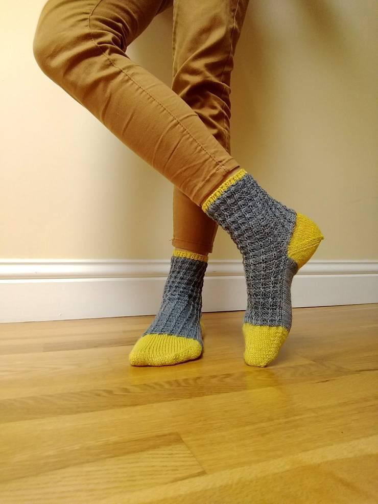 chaussettes Arabella Figg laine Sionnach Yarns patron francais knit spirit écheveau solidaires teinture végétale talon apres coup (5)