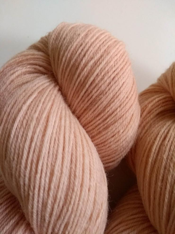 cachou teinture naturelle végétale laine teinte main irlande fingering etsy shop 4 ply natural hand dyed botanical plants yarn irish indie dyer (3)