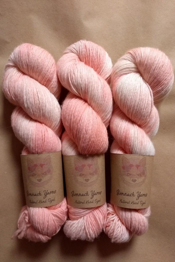 octobre rose racine de garance teinture naturelle végétale laine teinte main irlande fingering single natural hand dyed yarn madder ireland (1)