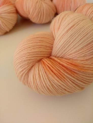 octobre rose racine de garance teinture naturelle végétale laine teinte main irlande fingering single natural hand dyed yarn madder ireland (7)
